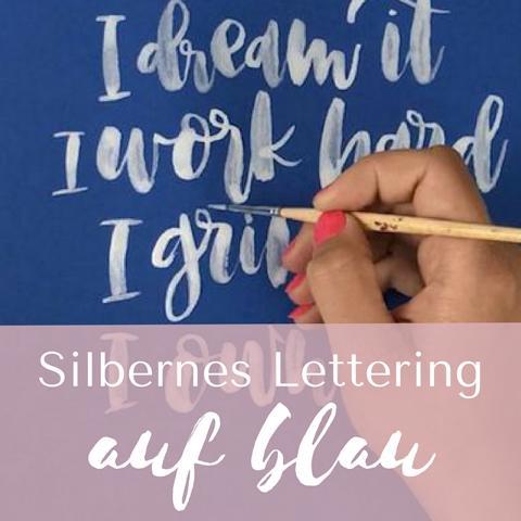 Silbernes Lettering auf Blau